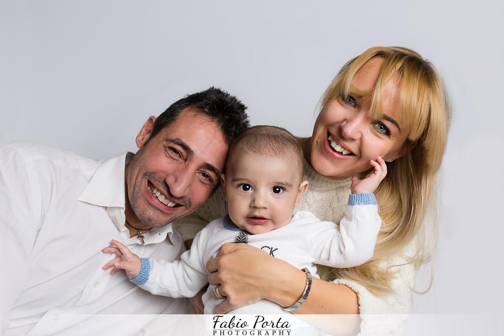 Ritratto famiglia felice Bimbo seduto Servizio Bebè Fotografo bambini neonati Modena, Reggio Emilia, Parma, Bologna