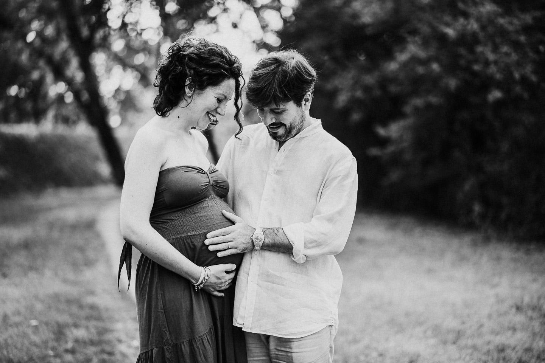 servizio fotografico maternità bianco e nero tramonto modena parma reggio emilia